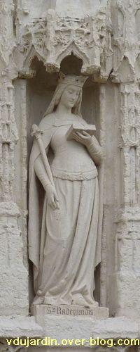 Poitiers, église Sainte-Radegonde, le portail, 2, sainte Radegonde