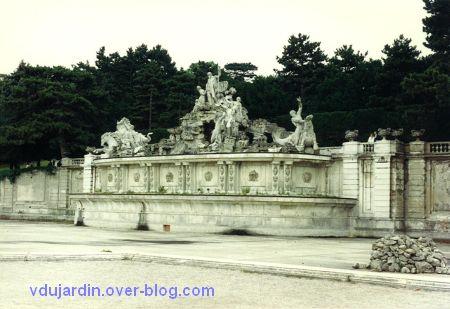 Le château de Schönbrünn à Vienne en Autriche en 1993, 4, la fontaine de Neptune