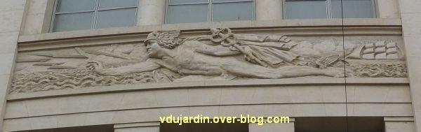 Poste d'Angers, façade rue Saint-Julien, 3, le relief central avec Mercure