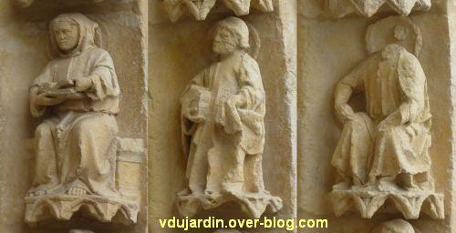 Cathédrale de Poitiers, façade ouest, portail nord, rouleau externe à droite, moines 3 à 5
