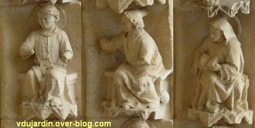 Cathédrale de Poitiers, façade ouest, portail nord, rouleau externe à droite, moines 6 à 8