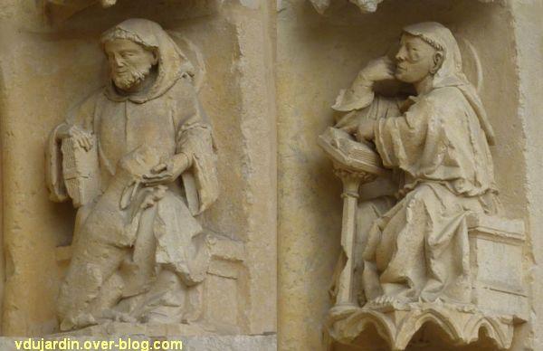 Cathédrale de Poitiers, façade ouest, portail nord, quatrième rouleau, moines 1 et 2