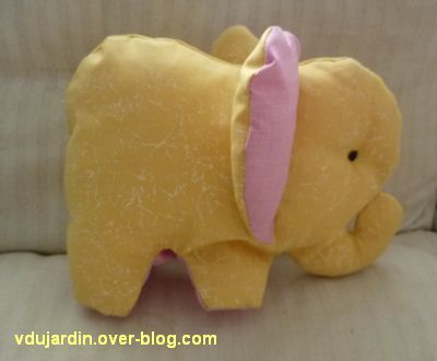 Un éléphant jaune et rose en couture...