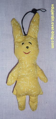 Un mini lapin jaune en pendouille