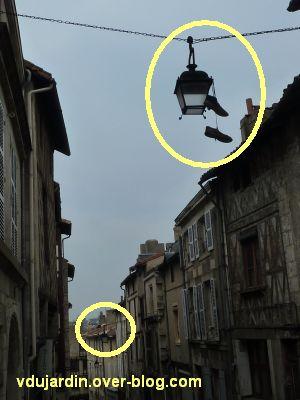 Poitiers, rue des Trois Rois le 6 avril 2012, chaussures suspendues