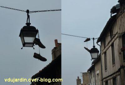 Poitiers, rue des Trois Rois le 6 avril 2012, chaussures suspendues, vue rapprochée