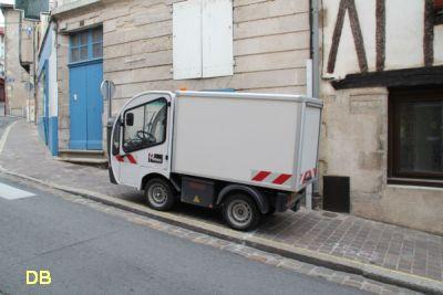 Poitiers, avril 2012, 11, véhicule municipal sur le trottoir rue des Trois-Rois