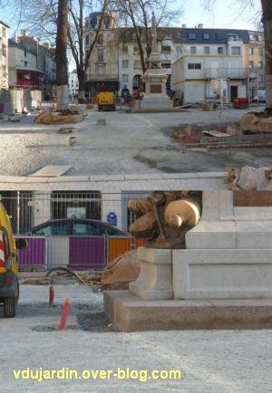 Poitiers, avril 2012, 03, le monument aux morts de 1870 entouré d'une tranchée