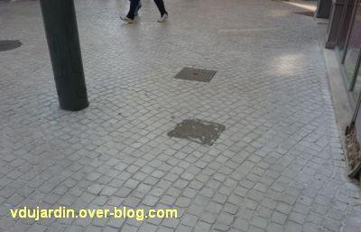 Le nouveau mobilier urbain de Poitiers, mars 2012, 03, poubelle décolée, enfin, la colle
