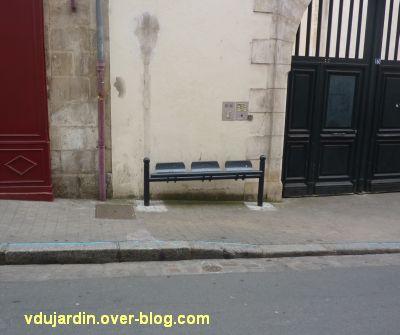 Le nouveau mobilier urbain de Poitiers, mars 2012, 05, repose-fesses dans la Grand'Rue