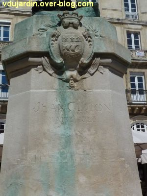 Monument à Jean Guiton à La Rochelle, 03, l'inscription et le relief sur le socle