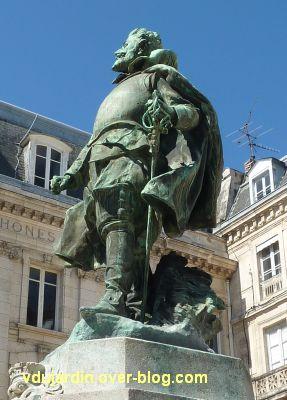 Monument à Jean Guiton à La Rochelle, 06, avec son épée