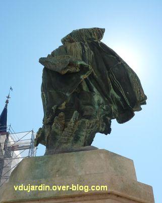 Monument à Jean Guiton à La Rochelle, 07, de dos, la cape au vent