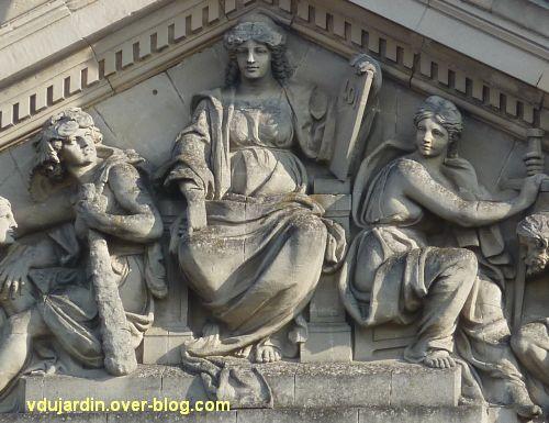Angers, palais de justice, 6, partie centrale du fronton sculpté, justice encadrée de deux hommes