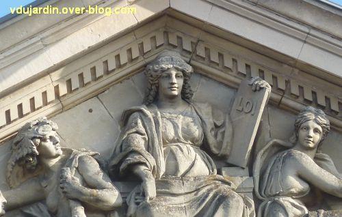 Angers, palais de justice, 7, partie centrale du fronton sculpté, détail de la Justice