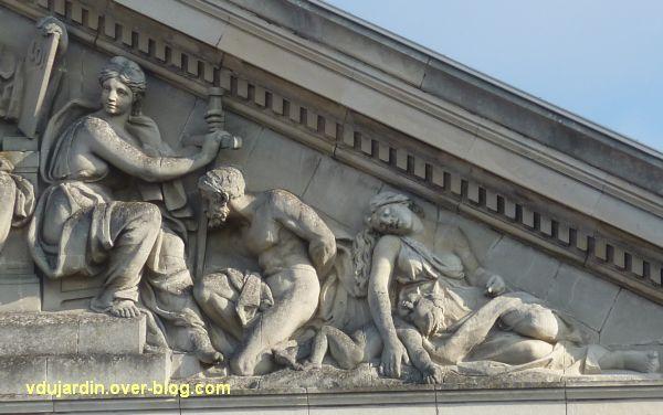 Angers, palais de justice, 8, partie droite du fronton sculpté,
