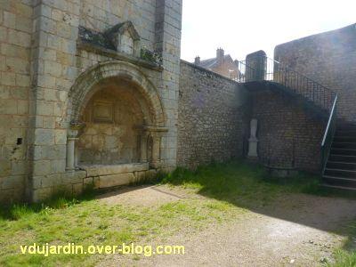 Poitiers, le clos Saint-Hilaire, 5, l'enfeu de Constantin de Melle et la statue aujourd'hui