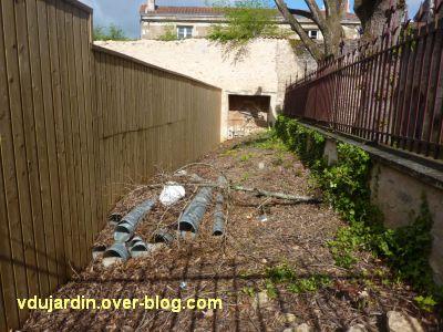 Poitiers, le clos Saint-Hilaire, 7, dépotoir entre le garage et la clôture