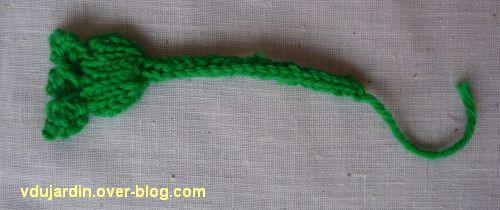 Une grenouille verte au tricot, détail d'une patte