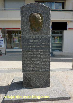 Niort, Ernest Pérochon, 2, la stèle commémorative
