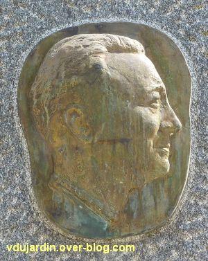 Niort, Ernest Pérochon, 3, le médaillon en bronze avec le profil de Pérochon