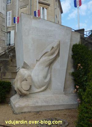 Niort, les monuments à la résistance, 3, la flamme du monument aux soldats sans uniforme