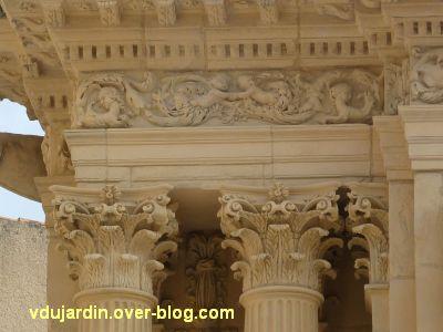 Poitiers, portail des Augustins, 2, détail des chapiteaux et de l'entablement
