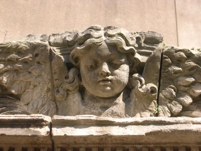 le monument reliquaire de Sainte-Victoire-Maroze à Poitiers, détail de la tête d'angelot