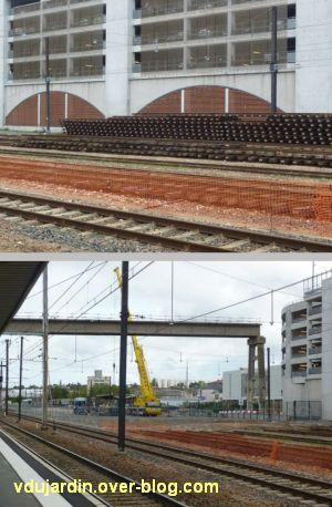 Démontage des rails de la voie marchandises de la gare de Poitiers (démontage de la passerelle)