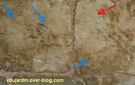 Poitiers, le tombeau de Constantin de Melle, trois croix (flèches bleues) et un jeu de mérelle