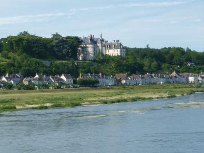 Chaumont-sur-Loire, festival des jardins 2010, l'arrivée au château, vu depuis l'autre rive de la Loire