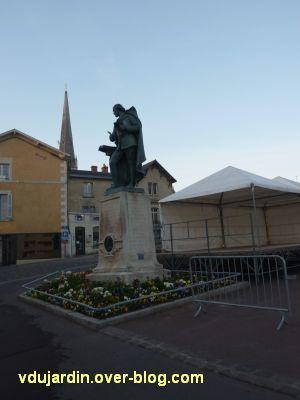 Le monument Théophraste Renaudot à Loudun, 1, vu de loin