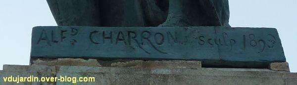 Le monument Théophraste Renaudot à Loudun, 2, la signature Charron et la date 1893