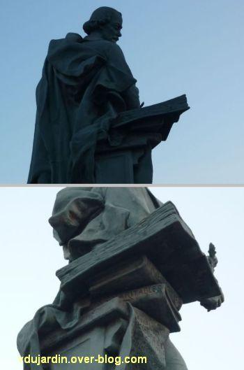 Le monument Théophraste Renaudot à Loudun, 7, la pile de livres