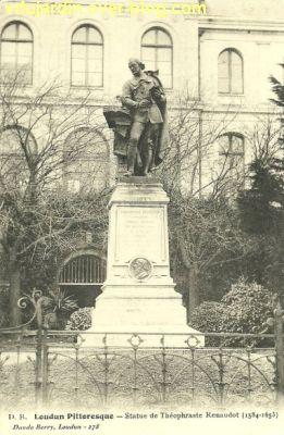 Le monument Théophraste Renaudot à Loudun, carte postale ancienne, devant l'hôtel de ville