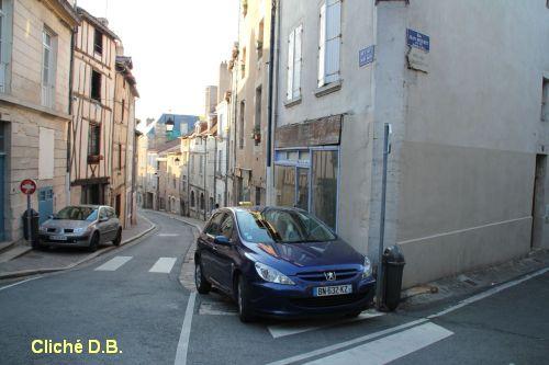 Poitiers, fin mai 2012, 3, voiture ventouse sur le trottoir rue des Trois-Rois