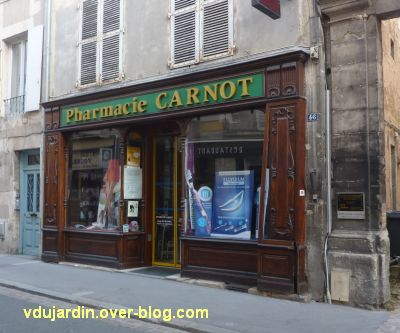 Poitiers, fin mai 2012, 4, pharmacie Carnot avec façade défoncée