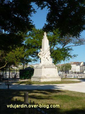 La Rochelle, monument aux soldats et marins, 1, de loin dans le square