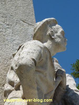 La Rochelle, monument aux soldats et marins, 9, détail du béret du troisième marin