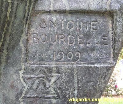Herakles archer de Bourdelle à Toulouse, 03, signature de Bourdelle sur l'Hercule