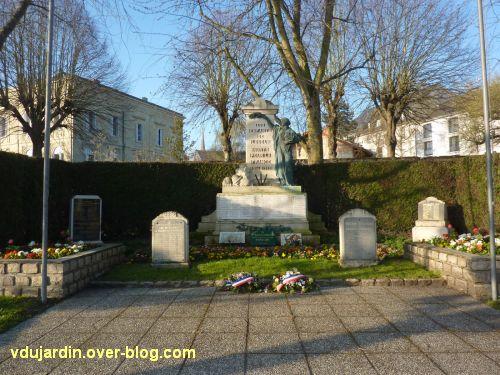 Le monument aux morts de Loudun, 1, vue générale