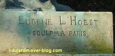 Le monument aux morts de Loudun, 2, la signature du sculpteur L'Hoest