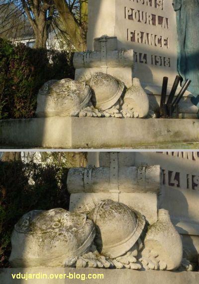 Le monument aux morts de Loudun,5, deux détails du paquetage du soldat mort