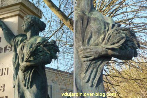 Le monument aux morts de Loudun, 6, deux détails de la gerbe de blé et de la faucille