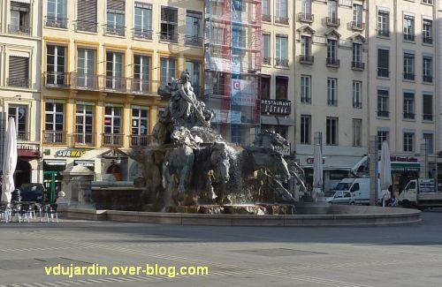 La fontaine Bartholdi à Lyon, 1, vue de loin, de face