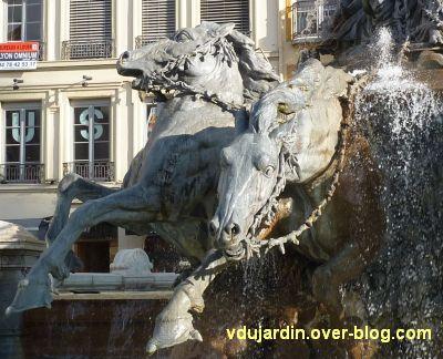 La fontaine Bartholdi à Lyon, 7, les deux chevaux de gauche