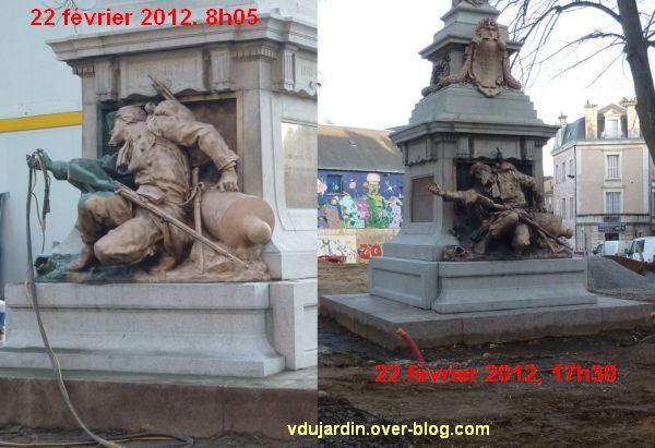 Le monument aux morts de 1870 de Poitiers, après le sablage, le 22 février 2012 à 8h05 et 17h30