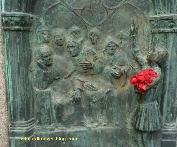Poitiers, Jeanne-d-Arc de Real del Sarte, 07, détail des théologiens et de Jeanne-d'Arc (relief)