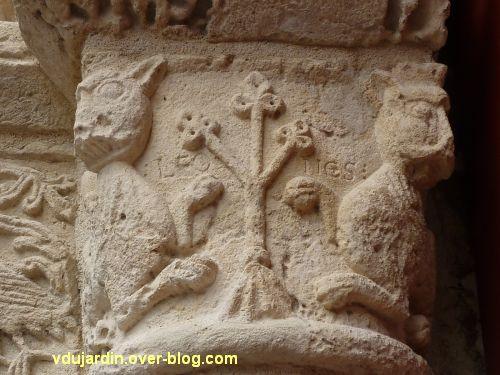 Poitiers, église Saint-Porchaire, 5, chapiteaux gauches du portail, détail inscription LEO / NES