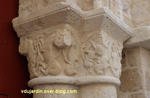 Poitiers, église Saint-Porchaire, 6, chapiteaux droits du portail, lion et Daniel